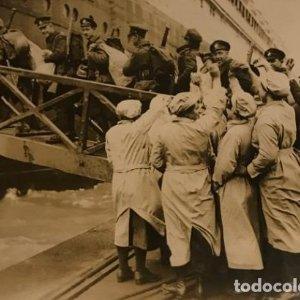 Soldados canadienses embarcando en el Olmpyic. Fotografía 16,7x12 cm