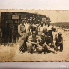 Militaria: GUERRA CIVIL-MILITAR. ANTIGUA FOTOGRAFÍA. MILICIANOS FRENTE AL BARRACÓN DE LA PELUQUERÍA (H.1934?). Lote 151929252