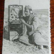Militaria: ANTIGUA FOTOGRAFIA DE MILITAR ENCARTGADO DE RADIO, EPOCA DE FRANCO, 1951, MIDE 7,5 CMS. X 6 CMS.. Lote 151936422