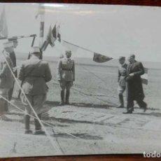 Militaria: FOTOGRAFIA DE JUAN LUIS BEIGBEDER Y ATIENZA JUNTO CON OFICIALES FRANCESES, DURANTE LA GUERRA CIVIL E. Lote 151941054