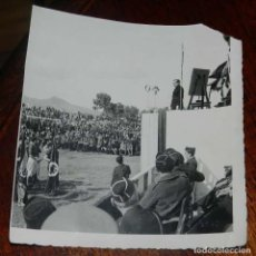 Militaria: FOTOGRAFIA DE JUAN LUIS BEIGBEDER Y ATIENZA EN MITIN FALANGISTA EN MARRUECOS ESPAÑOL, DURANTE LA GUE. Lote 151941838