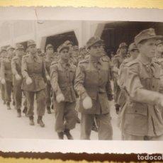 Militaria: FOTOGRAFÍA MILITAR - DESFILANDO - SIN DETERMINAR - 12 X 9 CM. Lote 152698846