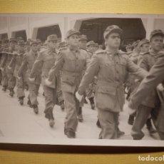 Militaria: FOTOGRAFÍA MILITAR - DESFILANDO - SIN DETERMINAR - 14 X 9 CM. Lote 152698854