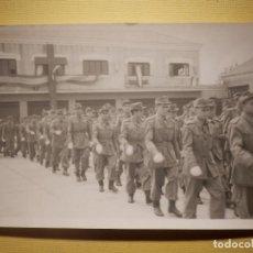 Militaria: FOTOGRAFÍA MILITAR - DESFILANDO - SIN DETERMINAR - 14 X 9 CM. Lote 152698866
