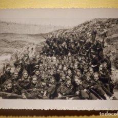Militaria: FOTOGRAFÍA MILITAR - COMPAÑIA EN MANIOBRAS - SIN DETERMINAR - 12 X 8,5 CM. Lote 152698882
