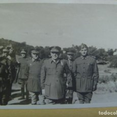 Militaria: FOTO DEL GENERAL SAENZ DE BURUAGA CON MEDALLA MILITAR INDIVIDUAL Y OTRO OFICIALES. Lote 153690454