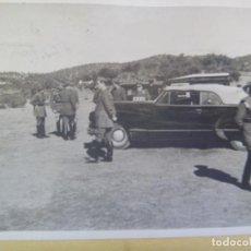 Militaria: FOTO DE OFICIALES , COCHE OFICIAL, AL FONDO GENERAL SAENZ DE BURUAGA CON MEDALLA MILITAR INDIVIDUAL. Lote 153837162