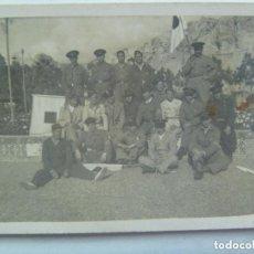 Militaria: GUERRA CIVIL : FOTO DE GUARDIAS DE ASALTO DE LA REPUBLICA CON BANDEROLAS DE SEÑALES, RARA.. Lote 153845746