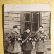 Militaria: FOTOGRAFIA MILITAR - TRES SOLDADOS ARMADOS - EUROPA DEL ESTE AÑO 1956 - 9 X 12 CM - AÑOS 50´S. Lote 153923342