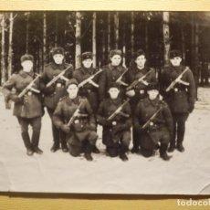 Militaria: FOTOGRAFIA MILITAR - NUEVE SOLDADOS ARMADOS - EUROPA DEL ESTE AÑO 1955 - 9 X 12 CM - AÑOS 50´S. Lote 153923514