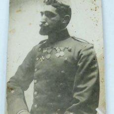 Militaria: FOTOGRAFIA DE TENIENTE MUY CONDECORADO, EPOCA ALFONSO XIII, PEGADA SOBRE CARTULINA, MIDE 11 X 8 CMS.. Lote 154266834
