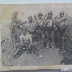 Militaria: GUERRA CIVIL : FOTO DE MILITARES EN TRINCHERA, SEMI DESNUDOS. CASCO ITALIANO, MORTERO. TETUAN. Lote 154702106