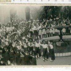 Militaria: FOTOGRAFIA COLEGIO NIÑOS CON BRAZO CARA AL SOL , SELLO CENSURA DE LA REPUBLICA 1937. Lote 154758346
