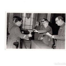 Militaria: FOTOGRAFÍA GUARDIA CIVIL. 1970. ENTREGA DE PREMIOS CONCURSO ANUAL.- 15 X 10,5 CM. Lote 155014626