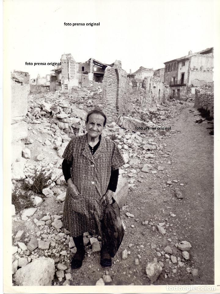 FOTO PRENSA VECINA NACIDA EN EL VIEJO BELCHITE (ZARAGOZA) TRAS GUERRA CIVIL (Militar - Fotografía Militar - Guerra Civil Española)