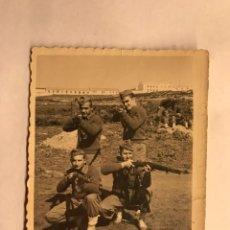 Militaria: MILITAR. CAMPAMENTO DE LAUCIEN. TETUÁN. FOTOGRAFÍA CETME EN MANO (A.1956). Lote 155700053