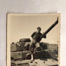 Militaria: MILITAR. FOTOGRAFÍA ORIGINAL. SOLDADO CON CARRO DE COMBATE ... (H.1940?). Lote 155702321