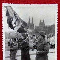 Militaria: BURGOS. AÑOS 60. DESFILE Y CATEDRAL DE BURGOS. FOTO FABIO. CARLISMO. CARLISTA. REQUETÉ.. Lote 156267658