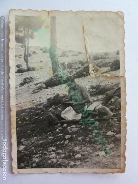 FOTOGRAFÍA ANTIGUA ORIGINAL. SOLDADO ESCRIBIENDO. PERIÓDICO AMETRALLADORA 9 DE DICIEMBRE DE 1938 (Militar - Fotografía Militar - Guerra Civil Española)