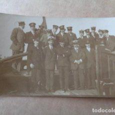 Militaria: SEVILLA 1913. FOTOGRAFÍA GRUPO MILITARES A BORDO DE UN BARCO POR EL GUADALQUIVIR. Lote 156588554