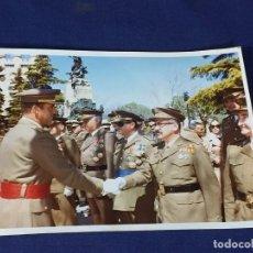 Militaria: FOTOGRAFIA REY JUAN CARLOS I AÑOS 80 PASA REVISTA SALUDA AUTORIDADES MILITARES ALCAZAR SEGOVIA 15X2 . Lote 156719430