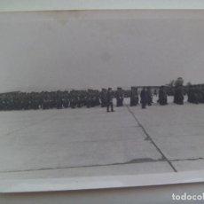 Militaria: AVIACION : FOTO DE DESFILE DE MILITARES DEL EJERCITO DEL AIRE, AL FONDO SE VE UN AVION . Lote 157786098
