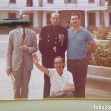 Militaria: DIVISION AZUL : FOTO DE FALANGISTA EX DIVISIONARIO CON PARCHE Y MEDALLA CON CAMARADAS. Lote 157843406