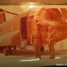 Militaria: FOTO ANTIGUA AVIACION MANDOS JUNTO A ELICOPTERO ALTOS MANDOS. Lote 158487169