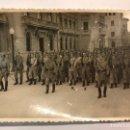 Militaria: MILITAR. FOTOGRAFÍA ANTIGUA. DESFILE MILITAR ALGUNA CIUDAD ESPAÑOLA?? (H.1940?). Lote 158985769