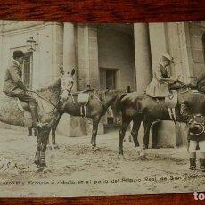 Militaria: POSTAL FOTOGRAFICA DE LA GRANJA DE SAN ILDEFONSO, SEGOVIA, LOS REYES ALFONSO XIII Y VICTORIA EUGENIA. Lote 159149830