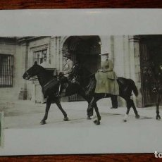 Militaria: POSTAL FOTOGRAFICA DE LOS REYES ALFONSO XIII Y VICTORIA EUGENIA A CABALLO, NO CIRCULADA. ESCRITA.. Lote 159149938