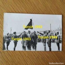 Militaria: FOTOGRAFIA - GUERRA CIVIL ESPAÑOLA - SOLDADOS NACIONALES DESFILANDO DEBAJO BANDERA. Lote 160257774