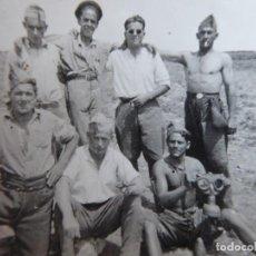 Militaria: FOTOGRAFÍA SOLDADOS DEL EJÉRCITO NACIONAL. MÁSCARA ANTIGÁS ALEMANA. Lote 160422266