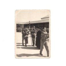 Militaria: FOTOGRAFÍA MILITARES ESPAÑOLES JURA DE BANDERA 11,5 X 8,5 CM. Lote 160989046