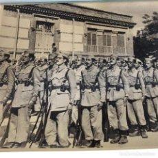 Militaria: ANTIGUA FOTOGRAFÍA DE BATALLÓN MILITAR. MEDIAS 24 X 17 CM. AÑOS 40. Lote 161392622