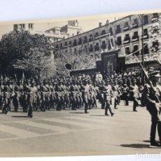 Militaria: FOTOGRAFÍA DEL DESFILE DE LA VICTORIA EN MADRID AÑOS 50. MEDIDAS 17,5 X11,5 CM. Lote 161393310