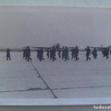 Militaria: AVIACION : FOTO DE DESFILE DE MILITARES DEL EJERCITO DEL AIRE, AL FONDO AVIONES. BANDA DE MUSICA. Lote 162209094