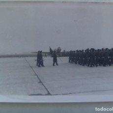 Militaria: AVIACION : FOTO DE DESFILE DE MILITARES DEL EJERCITO DEL AIRE, AL FONDO SE VE UN AVION. Lote 162263442