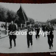 Militaria: FOTOGRAFIA CAMPUA, DESFILE DE LA FALANGE, GUERRA CIVIL, MIDE 18 X 12 CMS.. Lote 162702146