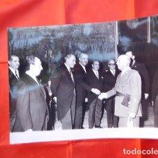 Militaria: FOTOGRAFIA ORIGINAL DE AUDIENCIA DE F. FRANCO A LOS MÉDICOS DE OTORRINOLARINGOLOGIA, 1971. Lote 163530142