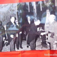 Militaria: FOTOGRAFIA ORIGINAL DE AUDIENCIA DE F. FRANCO A LOS MÉDICOS DE OTORRINOLARINGOLOGIA, 1971. Lote 163530294