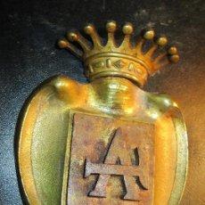 Militaria: ANTIGUO DISTINTIVO BRONCE O MEDALLO N CON CORONA REAL POSIBLE TALLER DE AVIACION. Lote 164378986
