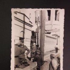 Militaria: FOTOGRAFÍA DE LA DIVISIÓN AZUL EN RUSIA. CAMINO A LENINGRADO- FOTO SOLDADOS Y NIÑOS. Lote 164669074