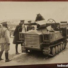 Militaria: CURIOSA FOTOGRAFÍA DEL REY ALFONSO XIII VIENDO UN VEHICULO MILITAR DE ARTILLERÍA Nº 410 ORTIZ FOTO.. Lote 165128014