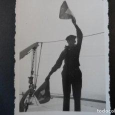 Militaria: MARINERO DE LA KRIEGSMARINE HACIENDO SEÑALES CON BANDERAS. III REICH. AÑOS 1939-45. Lote 165759478