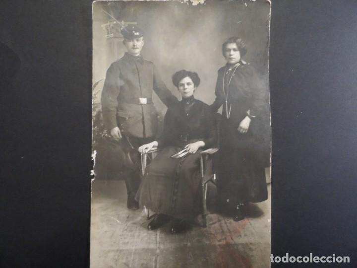SOLDADO IMPERIAL CON SU FAMILIA POSANDO EN ESTUDIO EN BERLIN. II REICH. AÑOS 1914-18 (Militar - Fotografía Militar - I Guerra Mundial)