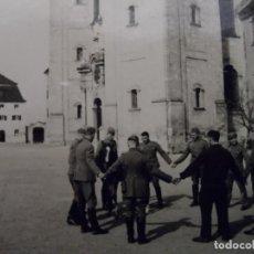 Militaria: SOLDADOS DE LA WEHRMACHT HACIENDO CORRO A UN POTRO EN ULM. III REICH. AÑOS 1939-45. Lote 165880906