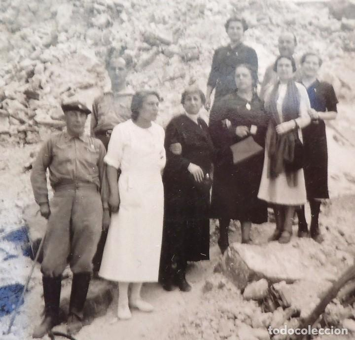 FOTO FRENTE DE ZARAGOZA, GUERRA CIVIL. MILITARES, ENFERMERA Y CIVILES EN UN LUGAR BOMBARDEADO. (Militar - Fotografía Militar - Guerra Civil Española)