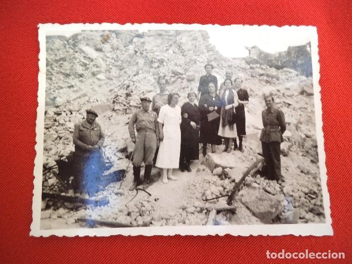 Militaria: foto frente de zaragoza, guerra civil. militares, enfermera y civiles en un lugar bombardeado. - Foto 2 - 166167278