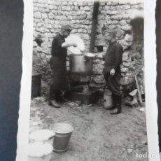 Militaria: SOLDADO DE LA WEHRMACHT DANDO EL RANCHO A OTRO COMPAÑERO. AÑOS 1939-45. Lote 167026560